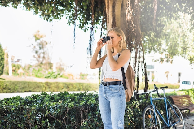 Jeune femme debout dans le parc photographier Photo gratuit