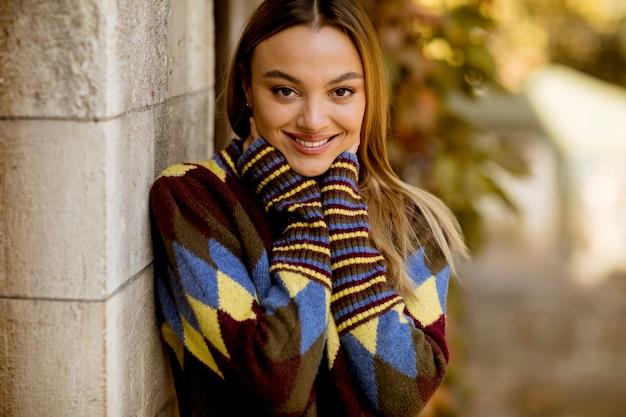 Jeune femme, debout, dehors, à, ensoleillé, jour automne Photo Premium