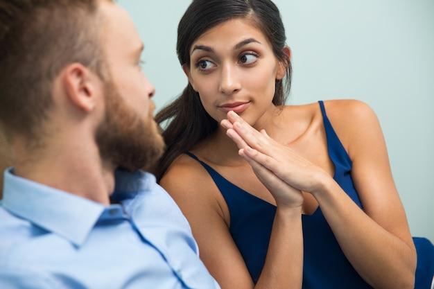 Jeune femme demande à son mari de quelque chose Photo gratuit