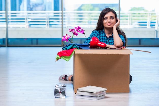 Jeune femme déplaçant des effets personnels Photo Premium