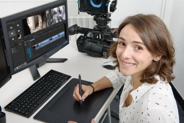 Jeune Femme Designer Utilisant Une Tablette Graphique Photo Premium