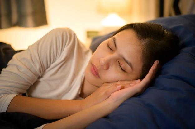 Une Jeune Femme Dort Dans Sa Chambre, La Santé Et Le Concept De Sécurité à Domicile. Photo Premium
