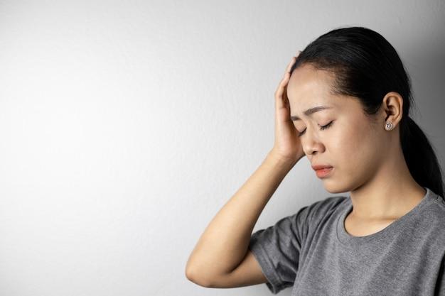Jeune Femme Avec Du Stress Et Des Maux De Tête. Photo Premium