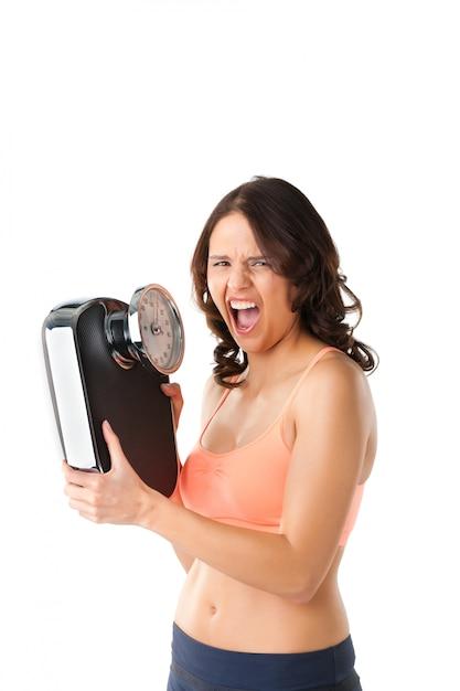Jeune femme avec échelle de mesure Photo Premium