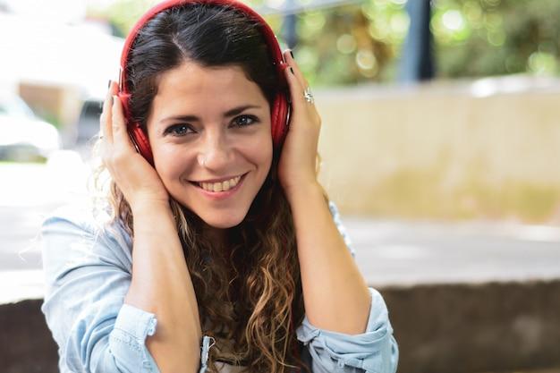 Jeune femme écoutant de la musique avec des écouteurs Photo Premium