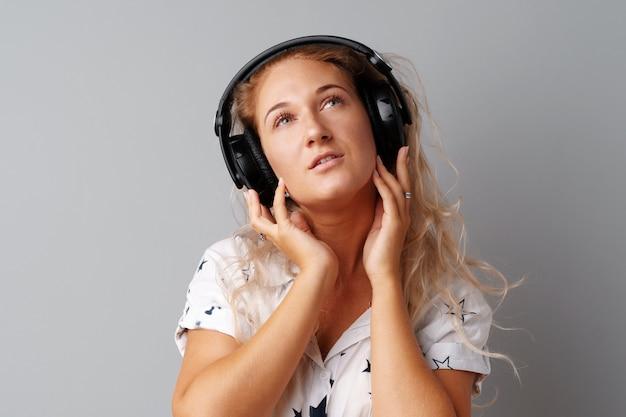 Jeune femme écoutant de la musique avec ses écouteurs Photo Premium