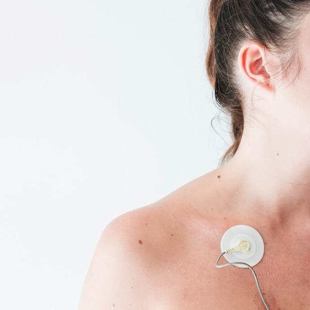 Jeune femme avec une électrode sur le corps Photo gratuit