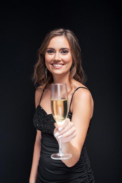Jeune femme élégante avec une coupe de champagne à la fête. Photo Premium