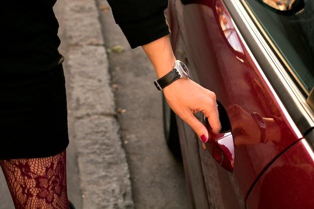 Une Jeune Femme élégante Ouvrant La Porte De Sa Voiture Photo Premium