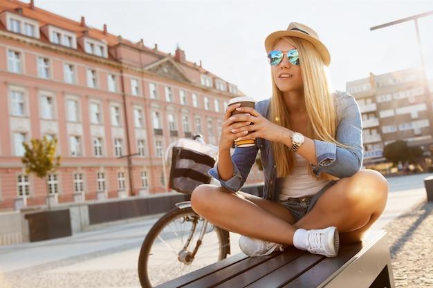 Jeune femme élégante avec un vélo Photo Premium