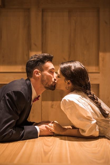 Jeune femme embrasse un homme allongé sur le sol Photo gratuit