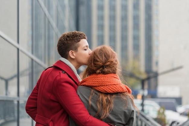 Jeune Femme Embrasse Sa Partenaire Photo gratuit