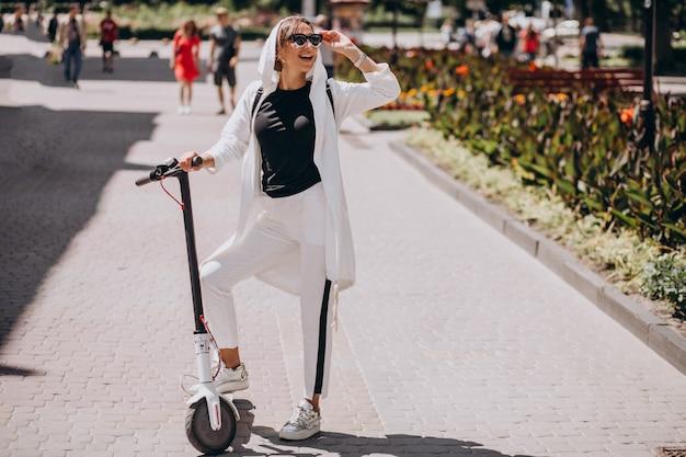 Jeune femme, équitation, scooter, dans, rue Photo gratuit