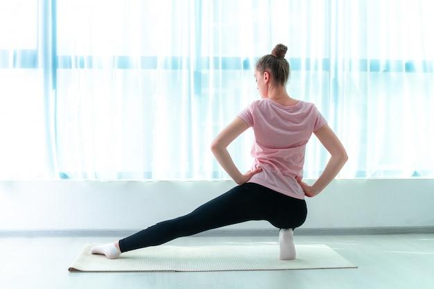 Jeune Femme étirement Musculaire Et Exercices De Fitness Sur Tapis De Yoga à La Maison. Perdez Du Poids Et Gardez La Forme. Mode De Vie Sportif Sain Photo Premium
