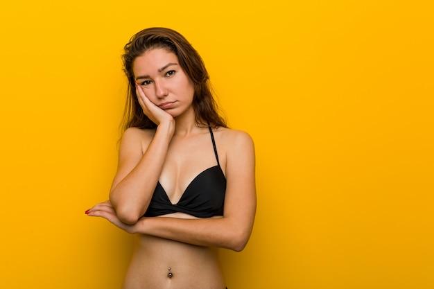 Jeune femme européenne en bikini qui s'ennuie, fatiguée et a besoin d'une journée de détente. Photo Premium