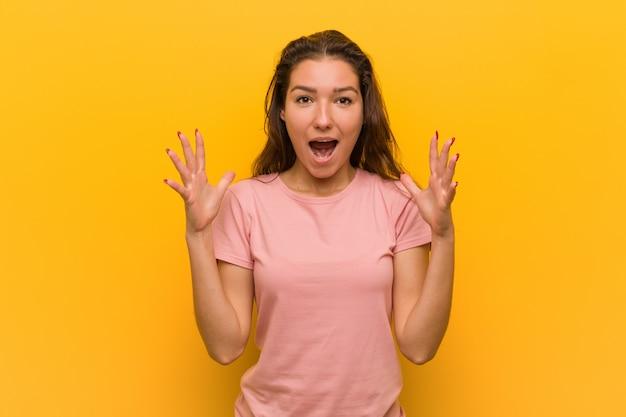 Jeune Femme Européenne Isolée Sur Fond Jaune Célébrant Une Victoire Ou Un Succès Photo Premium