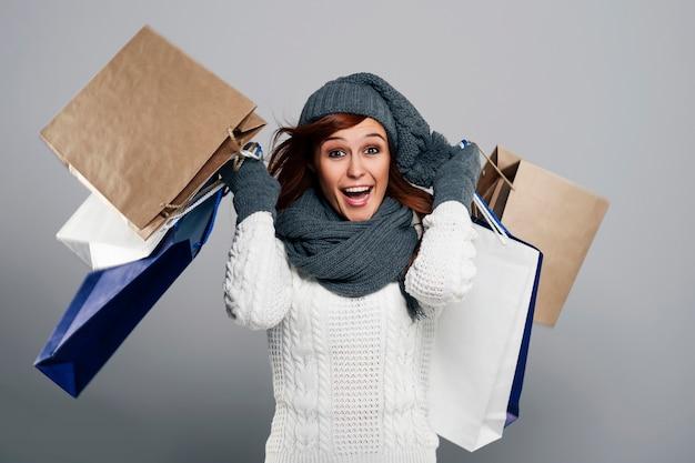 Jeune Femme Excitée Pendant La Vente D'hiver Photo gratuit