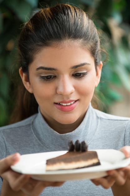 Jeune femme excitée tenant le plat Photo gratuit