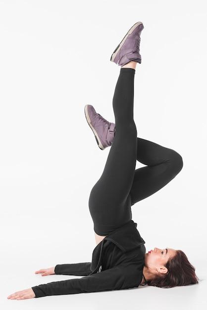 Jeune femme exerçant sur fond blanc Photo gratuit
