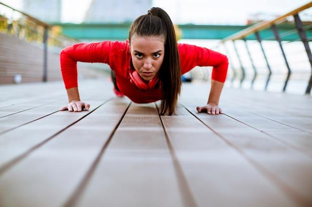 Jeune femme exerce sur la promenade après avoir couru Photo Premium