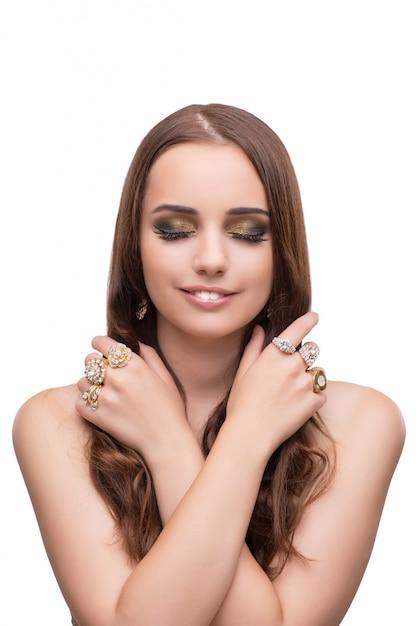 Jeune femme exhibant ses bijoux isolés on white Photo Premium