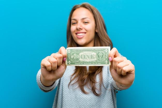 Jeune femme avec des factures sur fond bleu Photo Premium
