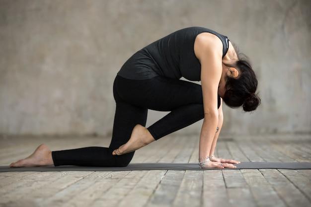 Jeune femme, faire, genou, à, front, boucle, exercice Photo gratuit