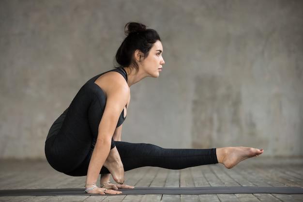 Jeune femme, faire, jambe dessus, épaule, exercice Photo gratuit