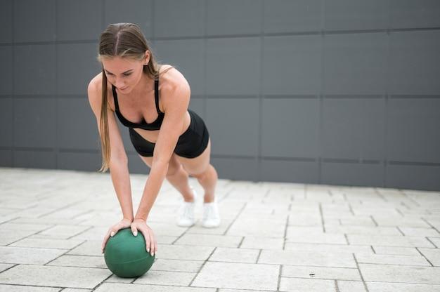 Jeune femme, faire, pushups, long shot Photo gratuit