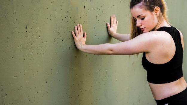 Jeune femme faisant des exercices dans la rue Photo gratuit