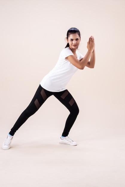 La Jeune Femme Faisant Des Exercices De Danse Zumba, En Applaudissant La Main Et En Pointant Les Orteils Vers Le Bas, Modèle De Base Pour L'exercice, Photo Premium