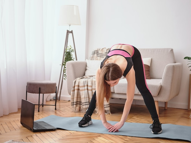 Jeune Femme Faisant Des Exercices à La Maison. élongation Photo Premium