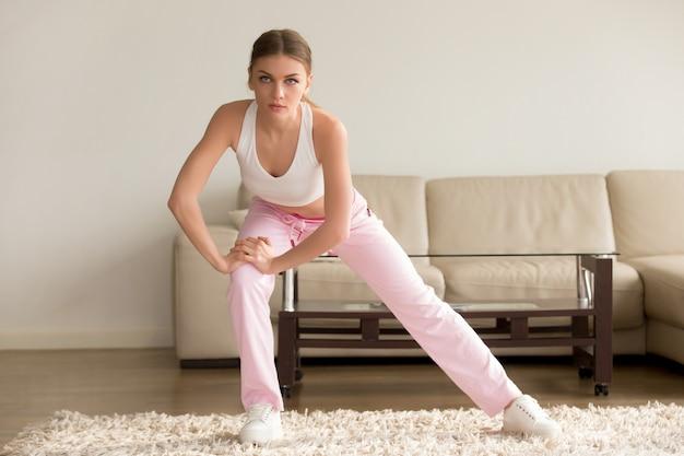 Jeune femme faisant des exercices simples du matin à la maison Photo gratuit