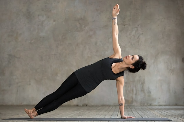 Jeune Femme Faisant Des Exercices De Vasisthasana Photo gratuit