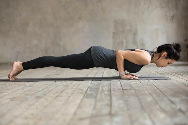 Jeune femme faisant des push ups ou press ups Photo gratuit