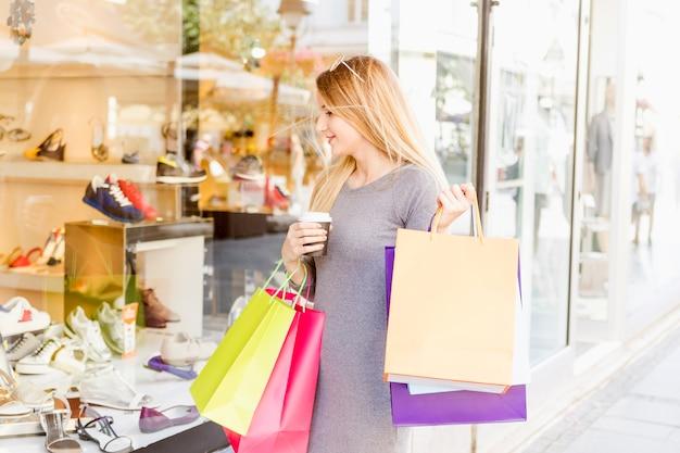 Jeune femme faisant des vitrines d'achats Photo gratuit