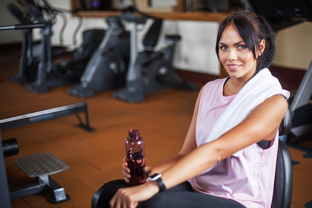 Jeune femme fitness dans la salle de sport Photo Premium