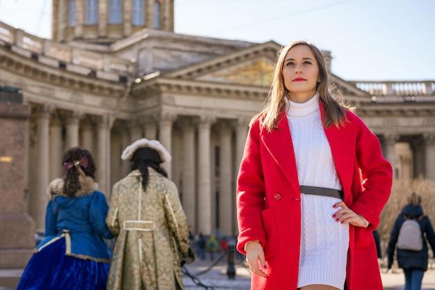 Jeune femme sur le fond de la cathédrale de kazan Photo Premium