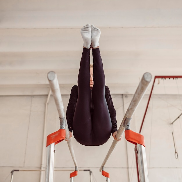 Jeune Femme Formation Pour Le Championnat De Gymnastique Photo gratuit