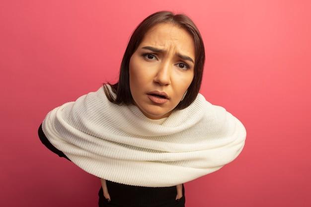 Jeune Femme Avec Un Foulard Blanc Avec Expression Confuse Photo gratuit