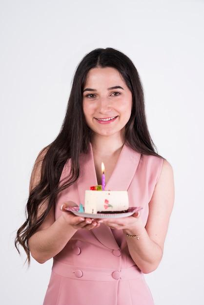 Jeune femme avec un gâteau d'anniversaire Photo gratuit