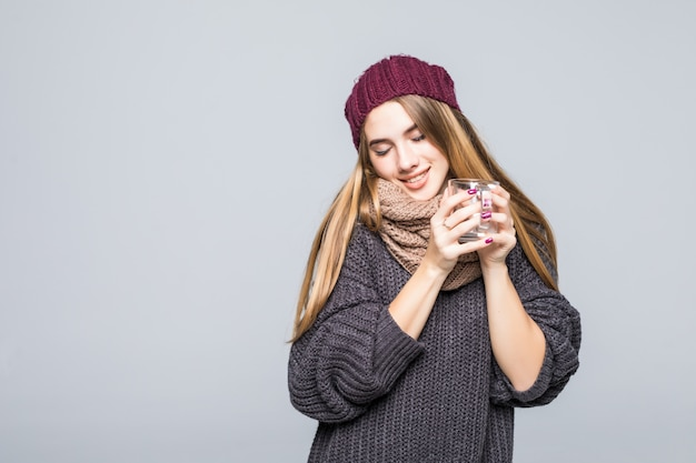 Jeune Femme Avec La Grippe Et Les Boissons Froides Boisson Chaude Tisane Pour Devenir En Bonne Santé Sur Gris Photo gratuit