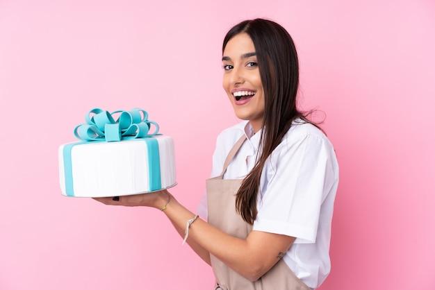 Jeune Femme Avec Un Gros Gâteau Photo Premium