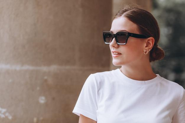 Jeune femme habillée décontractée à l'extérieur en ville Photo gratuit