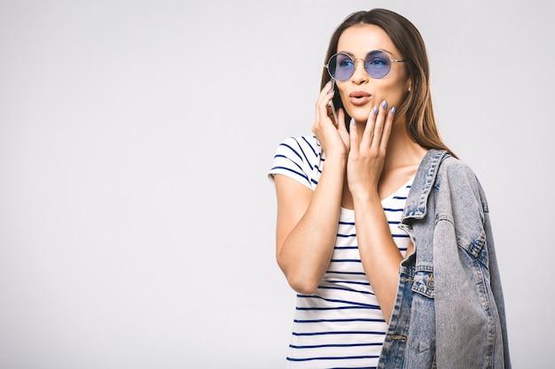 Jeune Femme Heureuse Belle Mode Avec Des Lunettes De Soleil à L'aide De Téléphone Photo Premium