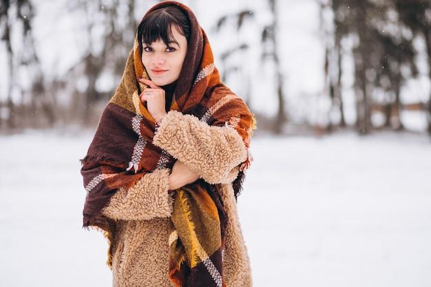 Jeune Femme Heureuse Dans Des Vêtements Chauds Dans Un Parc D'hiver Photo gratuit
