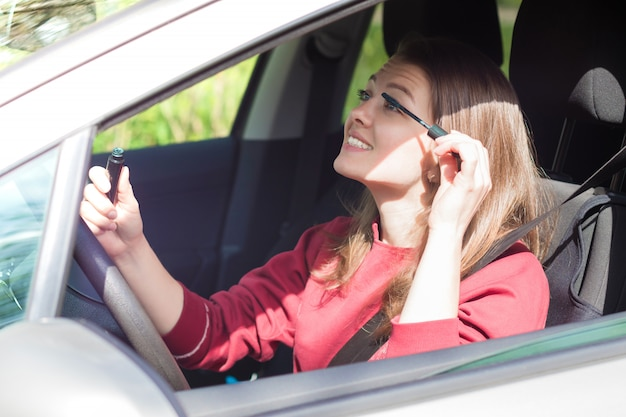 Jeune Femme Heureuse Est Assise Au Volant De Voiture Photo Premium