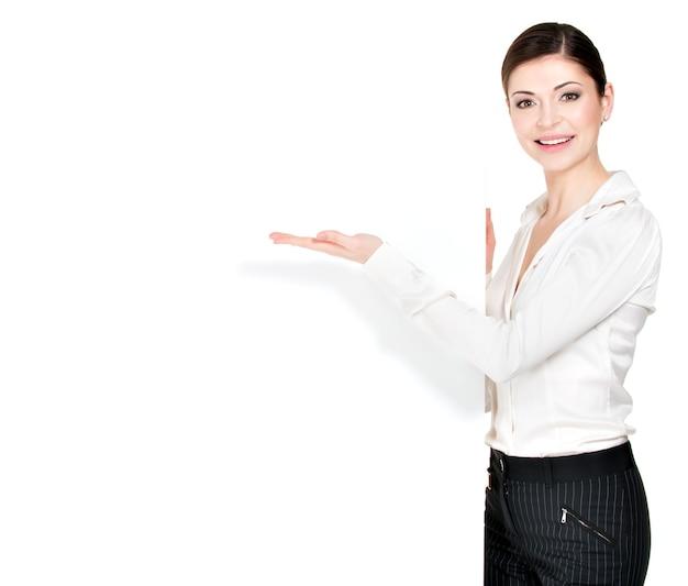 Jeune Femme Heureuse Pointe Sur La Bannière Vierge Blanche -. Photo gratuit