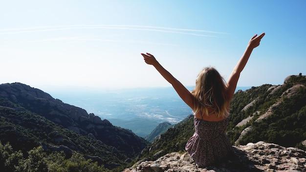 Jeune Femme Heureuse Profitant De La Vue Magnifique Sur Les Montagnes De Montserrat Photo Premium
