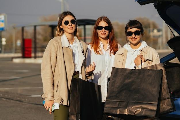 Jeune Femme Heureuse Avec Des Sacs à Provisions Marchant Dans La Rue. Photo gratuit